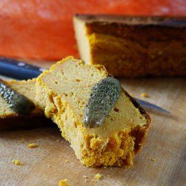 Accompagné de cornichons, ce cake de pois-chiche à la carotte est très bon
