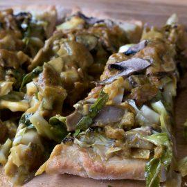 Marre de jetter les feuilles du chou-fleur ? Et si tu faisais une pizza ? 100 % vegan en plus !