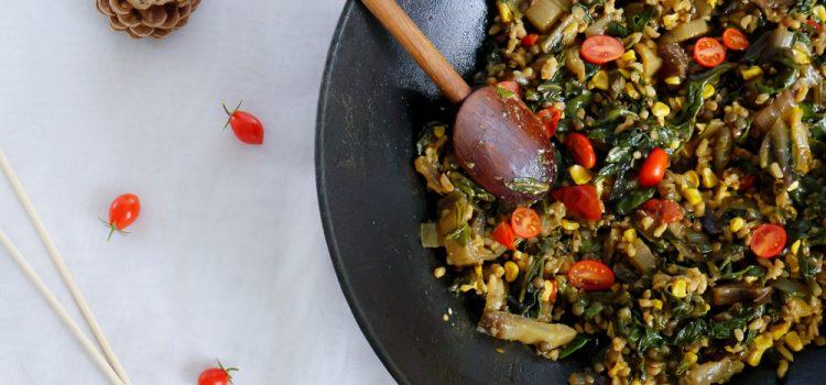 Un wok de blettes qui a été customisé et réhaussé par les restes du frigo : riz, lentilles, épi de maïs et tomates cerise du jardin